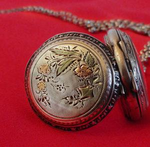 Montre pendentif ancienne en argent : Iris