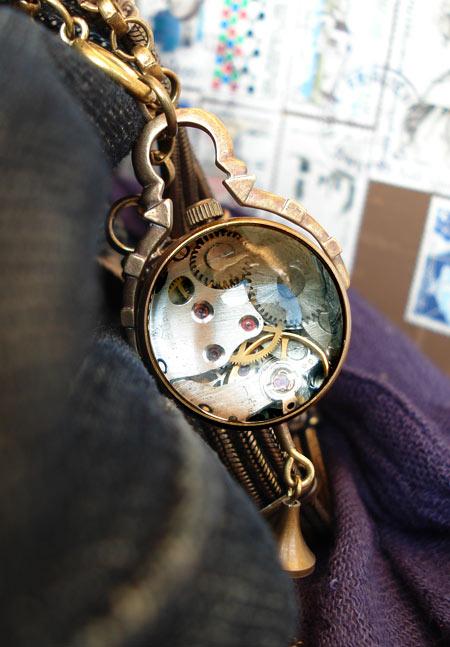 Montre en pendentif : Perle du temps dorée