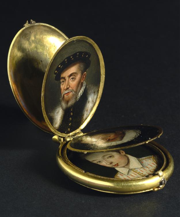 pendentif porte photo original, médaillon photo en or ,Pendentif porte-photo avec huit portraits miniatures du règne d'Elizabeth I d'Angleterre, perles du temps