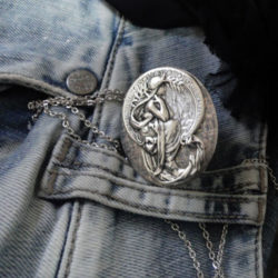 pendentif ancien en argent, médaillon porte photo, collier Art Nouveau inspire de Alphonse Mucha, médaillon ancien a deux photo de perles du temps